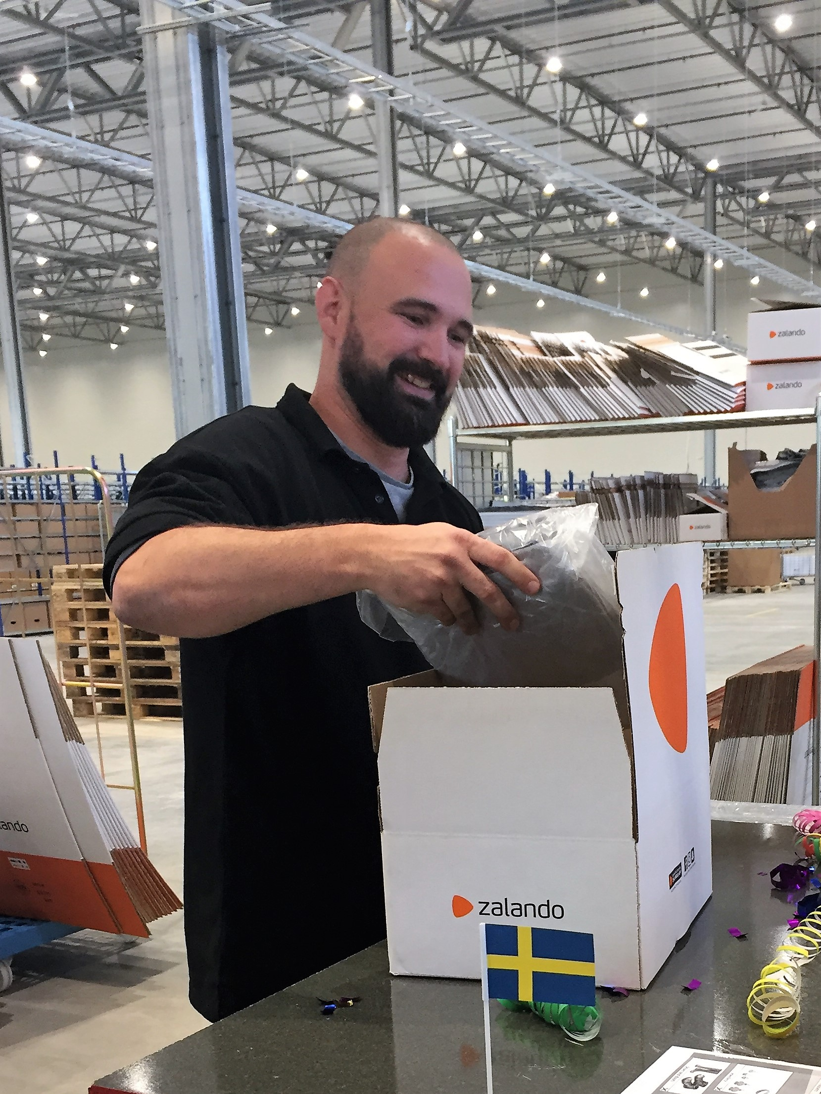 Zalando Logistics: First Parcel Sweden: Pack
